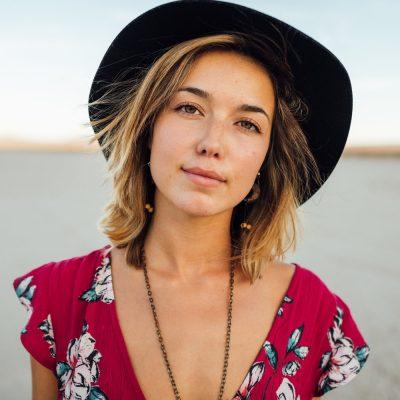 Ung kvinde med hat